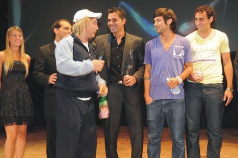 Eber Ludueña y los jugadores de Colón