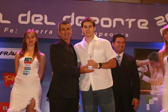 Luciano De Cecco recibe su premio de Elizondo