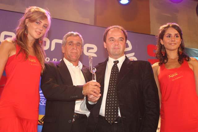 Fernando Alí recibe la distinción de Nery Pumpido